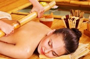 Masaje corporal con cañas de bambú